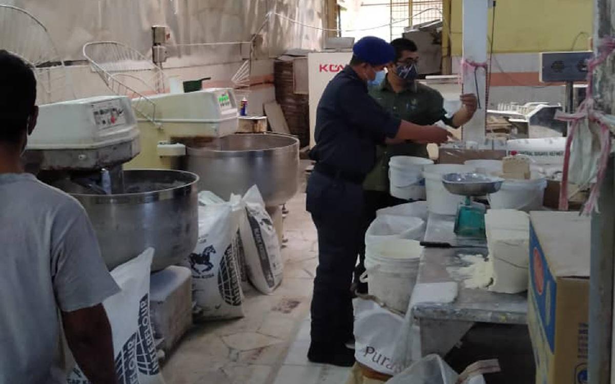 PEGAWAI penguatkuasa KPDNHEP Perak bersama Jabatan Agama Islam Perak melalui Ops Halal memeriksa sebuah kilang di kawasan perindustrian di sini yang didapati memproses makanan menggunakan logo halal yang tidak sah. FOTO IHSAN KPDNHEP PERAK