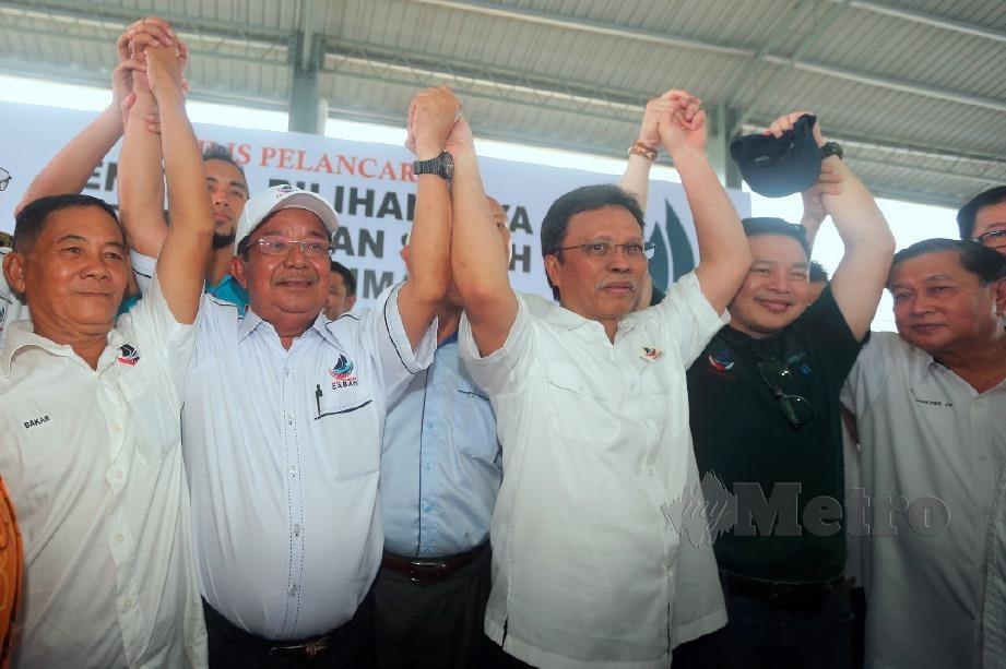 MOHD Shafie bersama Ketua WARISAN Kimanis, Datuk Karim Bujang (dua dari kiri) yang diumumkan sebagai calon WARISAN bagi PRK Parlimen Kimanis. FOTO Malai Rosmah Tuah