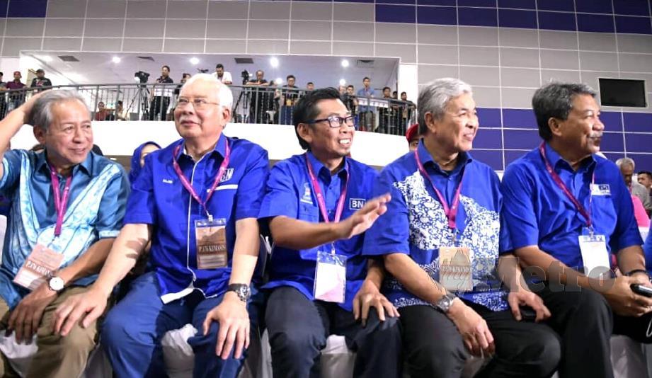 Calon BN, Mohamad bersama pemimpin UMNO dan BN, antaranya bekas Perdana Menteri, Datuk Seri Najib Razak; Presiden UMNO, Datuk Seri Dr Ahmad Zahid Hamidi dan Timbalan Presiden UMNO, Datuk Seri Mohamad Hassan di Dewan Datuk Seri Panglima Hj Mohd Dun Banir, Beaufort. FOTO Edmund Samunting