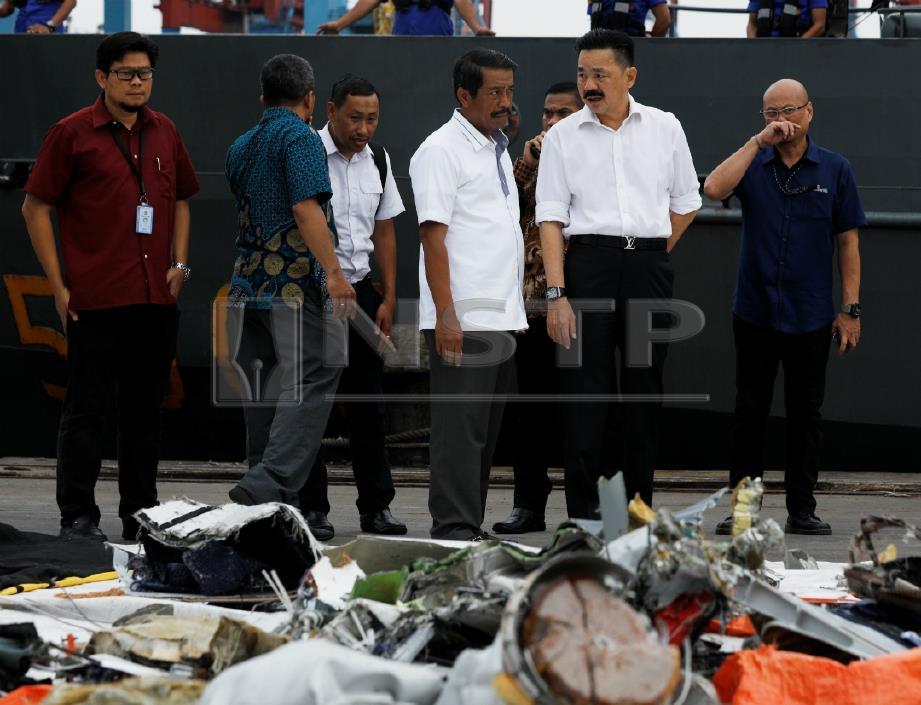 RUSDI (dua dari kanan) ketika melihat serpihan JT610. FOTO Reuters
