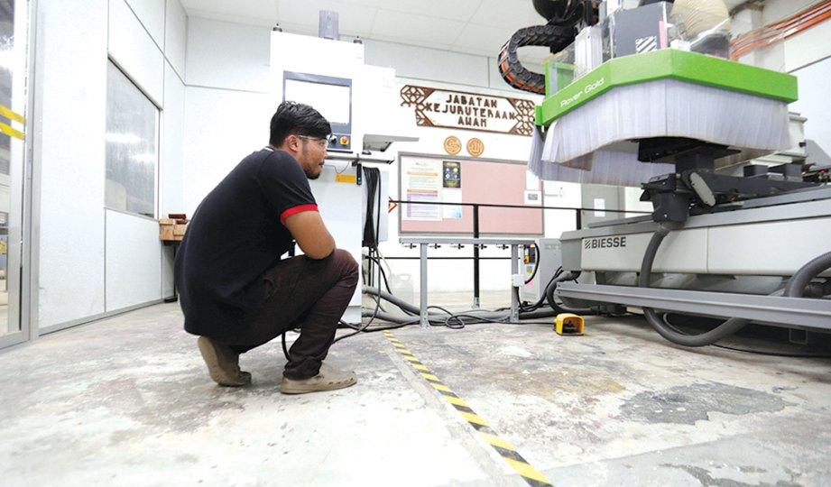 PENUNTUT PERKAYUAN menggunakan mesin teknologi untuk ukiran yang kemas.
