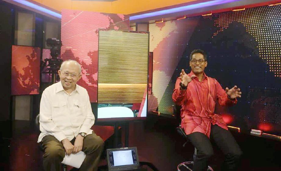 TENGKU Razaleigh (kiri) dan Khairy Jamaluddin pada program Debat Calon Presiden UMNO yang disiarkan di Astro Awani, malam ini. FOTO Halim Salleh