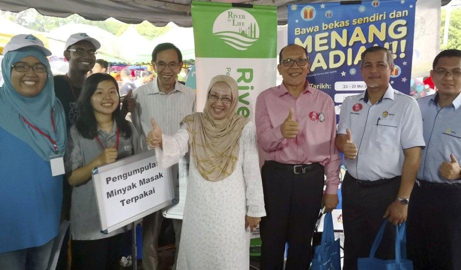 ADUN Pandan Indah Ir Izham  Hashim (tiga dari kanan) dan Yang Dipertua Majlis Perbandaran Ampang Jaya Abd Hamid Hussain (dua dari kanan) turut hadir.
