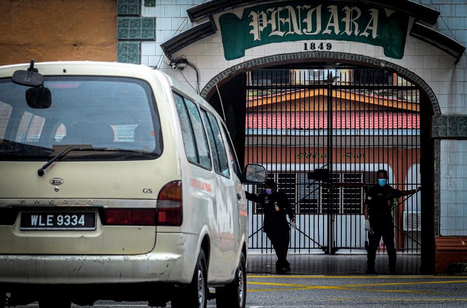 KENDERAAN membawa petugas kesihatan memasuki Penjara Reman Pulau Pinang, hari ini. FOTO Bernama.