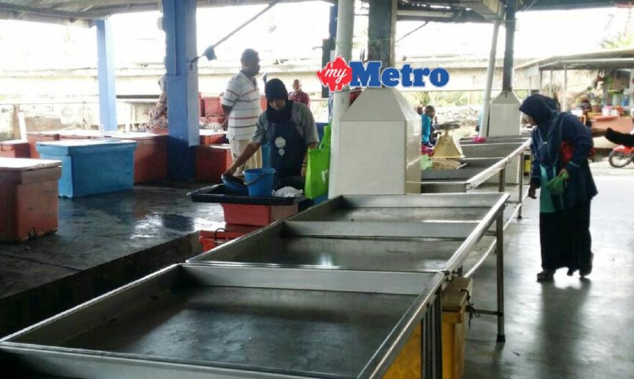 Keadaan di pelantar ikan Seberang Kota Kuala Kedah yang lengang berikutan kekurangan hasil tangkapan sejak hampir tiga minggu lalu menyebabkan harga ikan meningkat. - Foto ZULIATY ZULKIFFLI