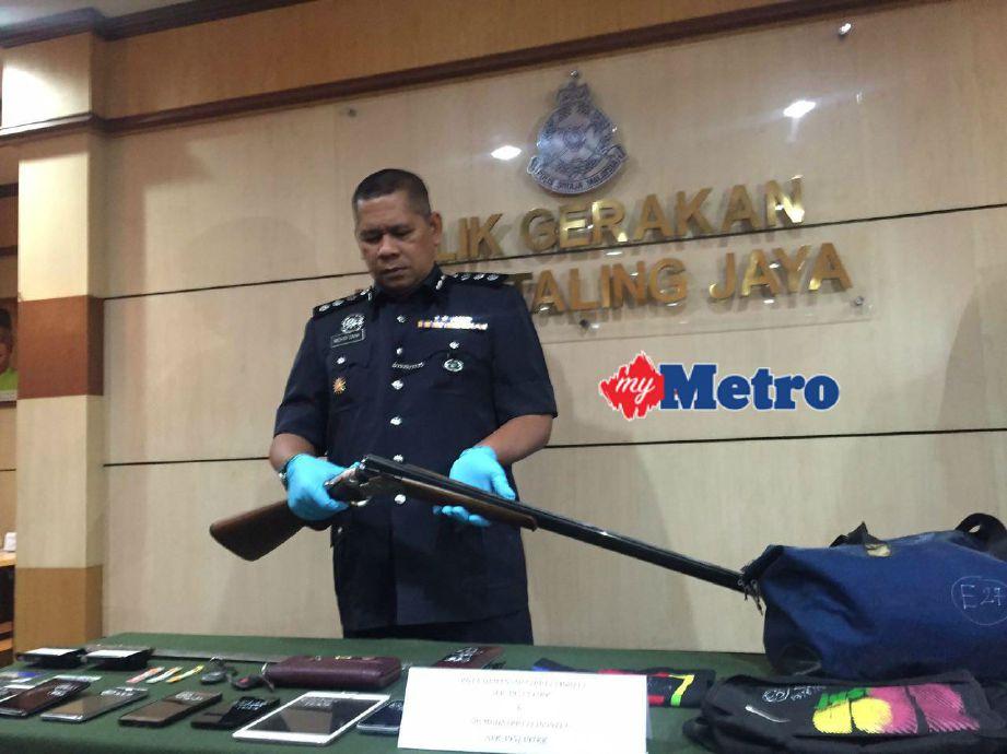 Mohd Zani menunjukkan senapang patah yang berjaya ditemui semula. FOTO Hafidzul Hilmi Mohd Noor
