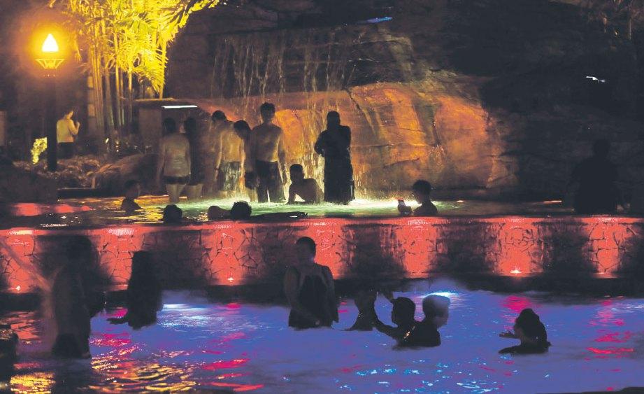 SUASANA malam di kolam air panas ternyata menampilkan kelainan dan keunikan tersendiri.