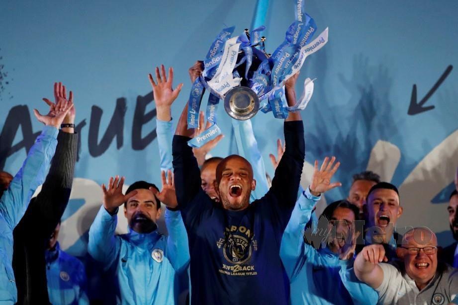 KOMPANY menjulang trofi Liga Perdana minggu lalu. — FOTO Reuters