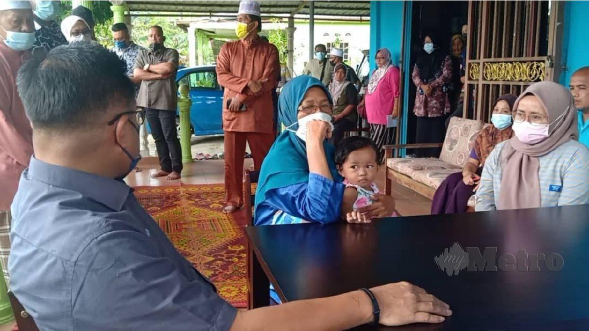 MOHD Sharkar (kiri) memberi kata-kata semangat kepada Nurfitrah (kanan) sambil diperhatikan Jamilah dan anak tunggal mangsa di Felda Bukit Damar, Lanchang, hari ini. FOTO ROSELAN AB MALEK