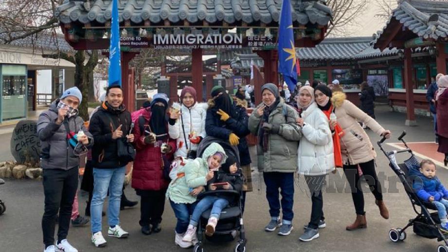MUHAMMAD Usaid (dua dari kiri) bersama keluarga ketika bercuti di Korea Selatan. FOTO Ihsan Muhammad Usaid