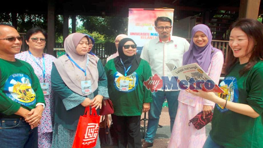 MYOUNG (kanan) membaca sajak dan berkongsi ilmu kesusasteraan bersama sebahagian penyair dan peserta di Program Apresiasi Universiti Malaysia Kelantan (UMK) sempena Konvensyen Penyair Dunia (KONPEN) 2018 di UMK Kampus Bachok, hari ini. FOTO Nor Amalina Alias