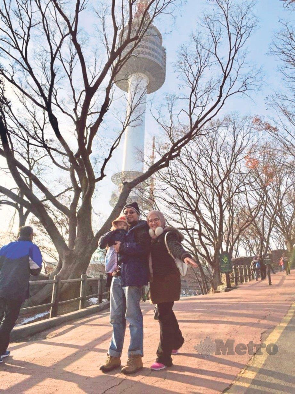 BERGAMBAR ketika melawat Menara Seoul. FOTO Siti Nor Shafiqa Abdullah