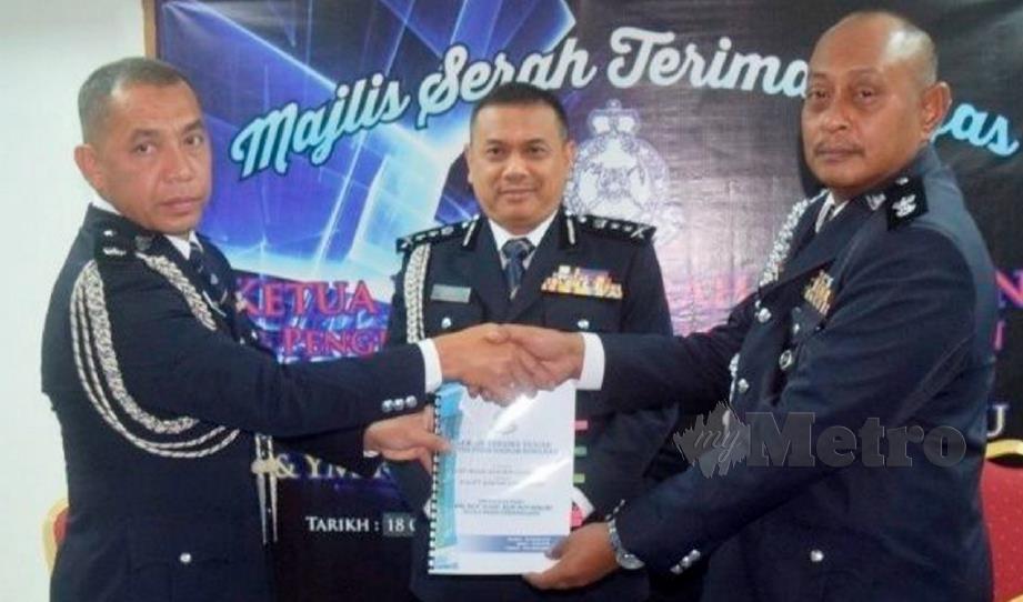 AIDI (tengah) menyaksikan Majlis Serah Terima Tugas Ketua Polis Daerah Kemaman yang baru antara Mohd Said (kiri) dan Hanyan. FOTO Rosli Ilham.