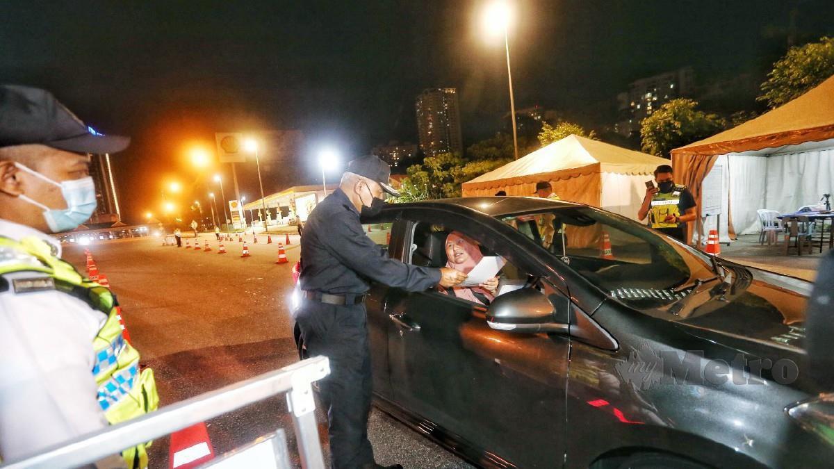 Acryl memeriksa dokumen pemandu kereta di SJR di Plaza Tol Jalan Duta, Kuala Lumpur hari ini. Foto Zulfadhli Zulkifli