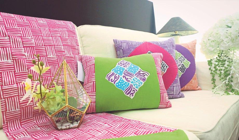 SARUNG kusyen, alas sofa, alas meja kelihatan ceria dengan konsep batik.