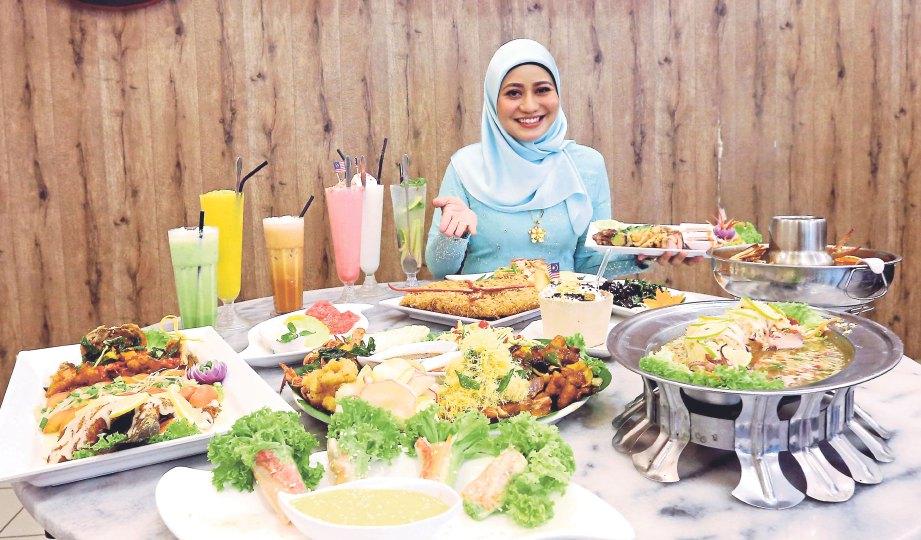 ZARINA menunjukkan sajian popular di Restoran Kaisar Thai.