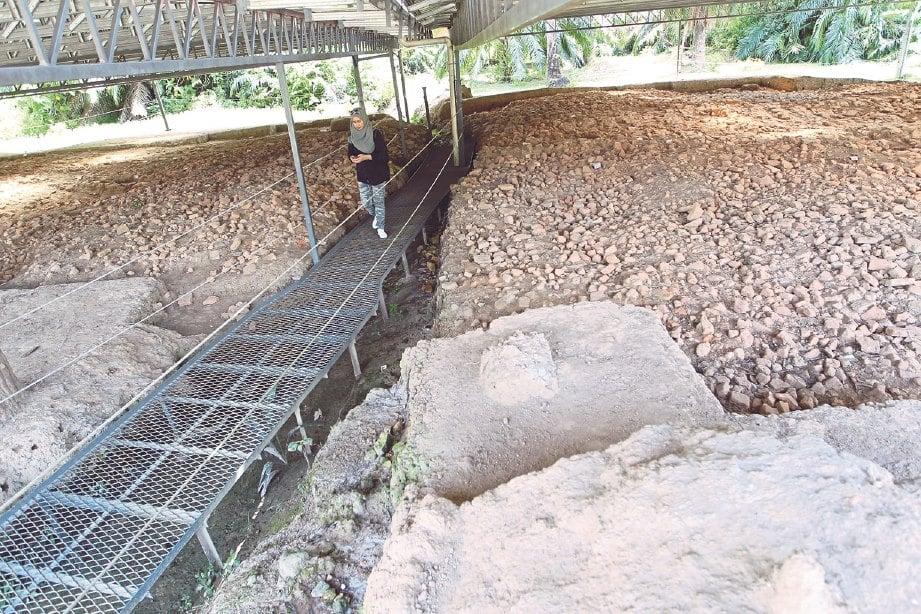 PENGUNJUNG perlu berjalan di laluan khas untuk melihat tapak arkeologi.