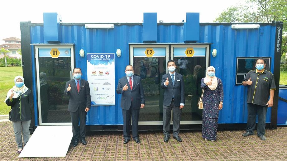 AHMAD Amzad menyerahkan Kubikel Saringan Covid-19 kepada Pusat Kesihatan Daerah (PKD) Putrajaya.