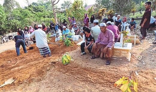 JENAZAH Hasan dan Zahrah dikebumikan bersebelahan di Tanah Perkuburan Islam Bukit Marak.