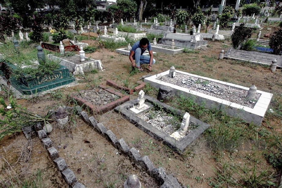 MOHAMAD Rashidi bersyukur kerja sebagai penggali kubur yang banyak mengingatkannya soal kematian.