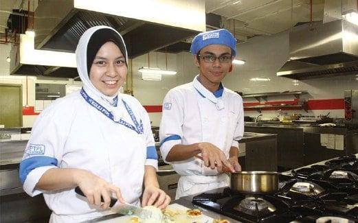 PELAJAR PTPL didedahkan dengan pelbagai kemahiran dalam bidang seni kulinari agar dapat menjadi profesional.