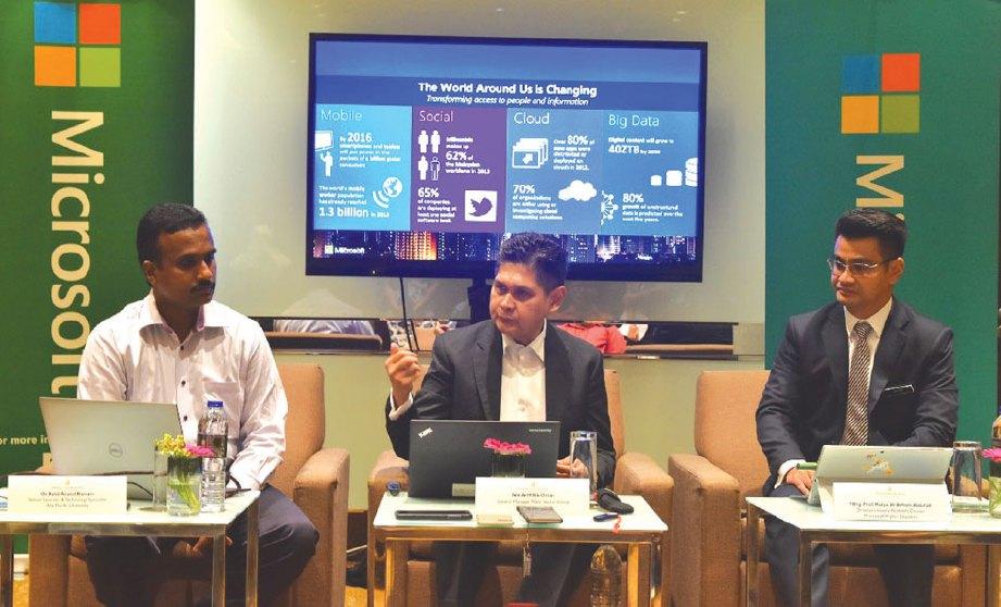 NIK Ariff (tengah) bersama-sama Dr Kalai (kiri) dan Dr Arham membincangkan penyelesaian pendidikan terbaru bertujuan mengubah bilik darjah tradisional kepada digital.