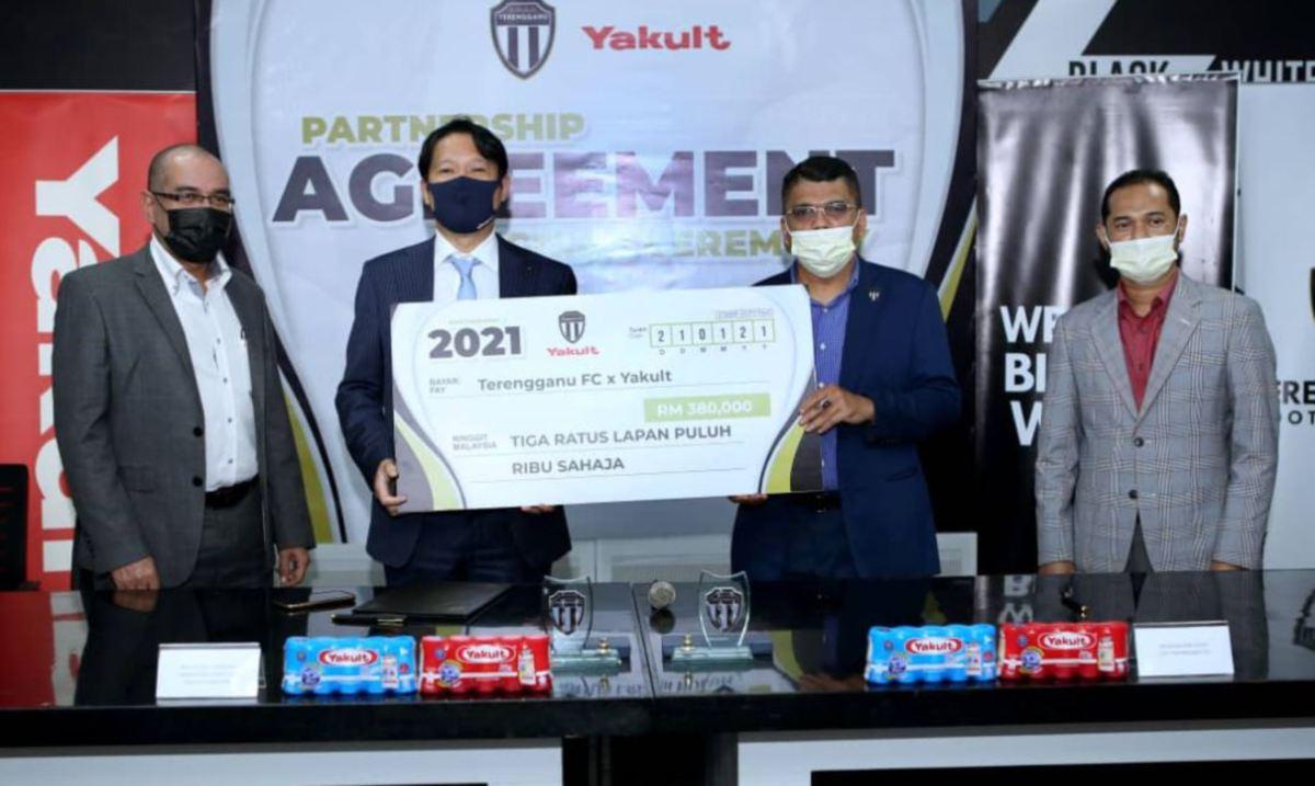 PENGARAH Urusan Yakult Malaysia, Hiroshi Hamada (dua kiri) dan Ketua Pegawai Eksekutif TFC, Rashid Jusoh (dua kanan) pada majlis menandatangani dokumen kerjasama. - Foto Yakult Malaysia