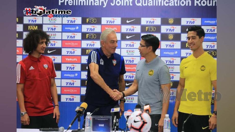 Cheng Hoe berjabat tangan dengan jurulatih UAE, Bert Van Marwijk (dua kiri) disaksikan Omar (kiri sekali) dan pemain tengah Malaysia, Brendan Gan. FOTO NSTP/MOHD YUSNI ARIFFIN