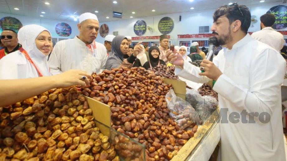 JEMAAH tidak melepaskan peluang membeli kurma segar di Kebun Kurma Majid, Madinah. FOTO YUSRI ABDUL MALEK