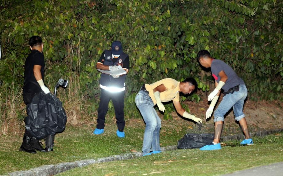 ANGGOTA polis forensik mengutip cebisan mayat manusia di Kawasan Perindustrian, Kampung Ladang, Krubong, hari ini. FOTO Rasul Azli Samad.
