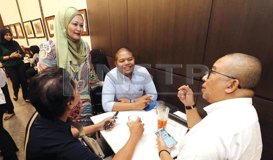 SHARIFAH ramah melayan pelanggan.