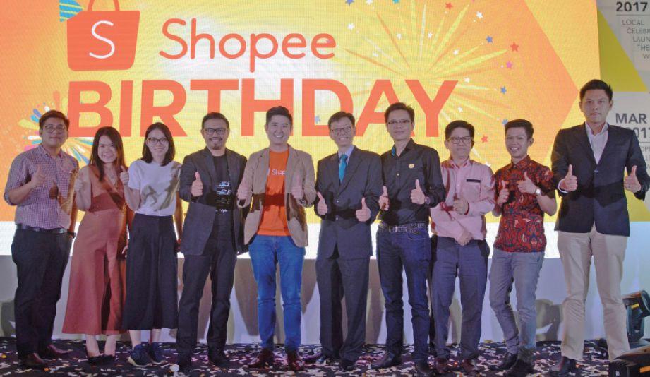 HO (lima dari kiri) ketika sambutan ulang tahun kedua Shopee.