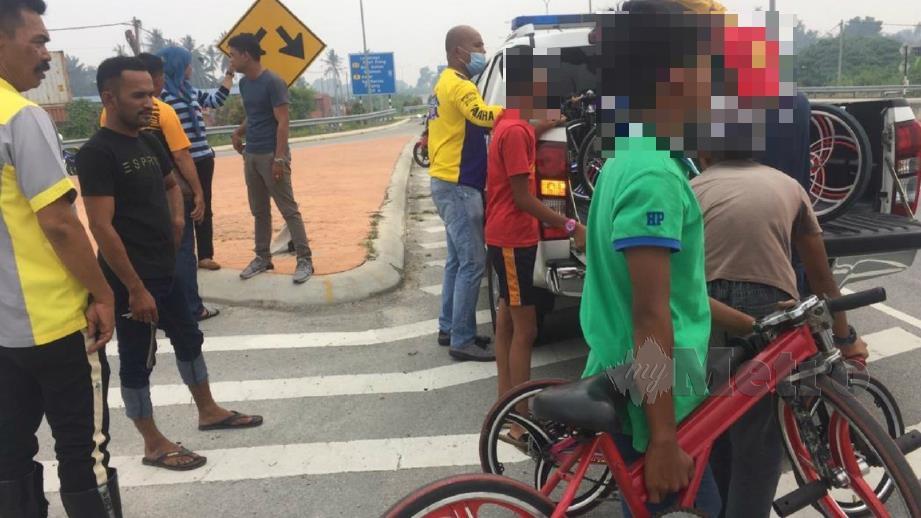 Remaja yang ditahan dalam operasi basikal lajak di jambatan ke-3 Klang. FOTO Ihsan PDRM
