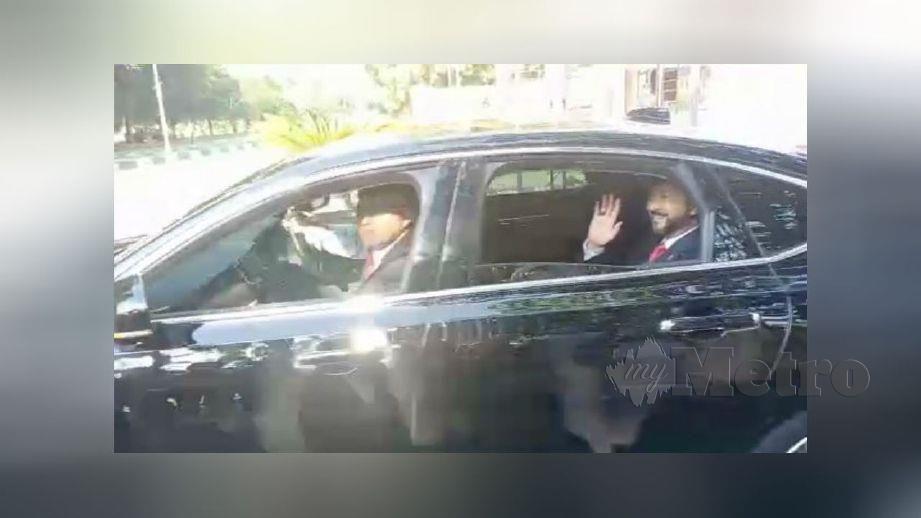 MUHKRIZ melambai tangan kepada petugas media selepas selesai mengadap Sultan Kedah, Sultan Sallehuddin Sultan Badlishah. FOTO Noorazura Abdul Rahman