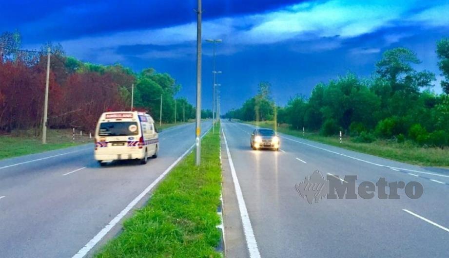 PENGGUNA jalan raya perlu berhati-hati ketika melalui Kilometer 54 hingga 57, Jalan Kuala Terengganu-Kuantan, dekat Rhu Kubur, Marang berikutan keadaan gelap apabila lampu jalan tidak berfungsi pada waktu malam. FOTO Rosli Ilham.