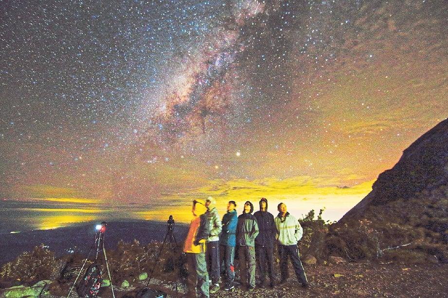 WILLIAM sanggup pikul beban 20 kilogram ke Gunung Kinabalu semata-mata mahu rakam fenomena angkasa.