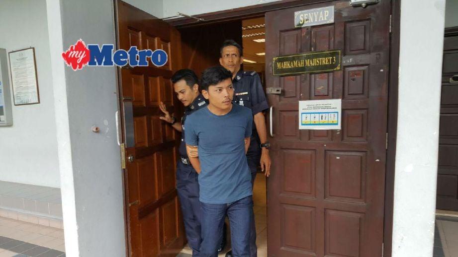 Nur Hakiki keluar dari Mahkamah Majistret selepas diperintah membayar denda RM600 kerana membuat laporan polis palsu. FOTO Mohd Hilmie Hussin