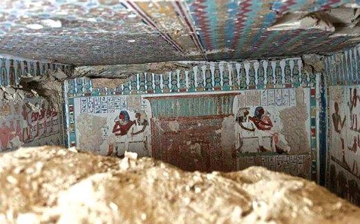PEMANDANGAN sebuah daripada makam itu dari luar.