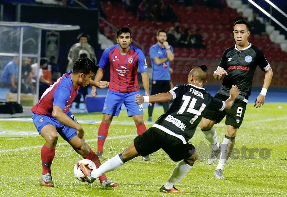 PEMAIN JDT, Safawi Rasid (kiri) diasak pemain Pahang, Mohd Faisal Rosli ketika perlawanan Liga Super 2019 di Stadium Tan Sri Hassan Yunos, Larkin, Johor Bahru. FOTO Hairul Anuar Rahim.