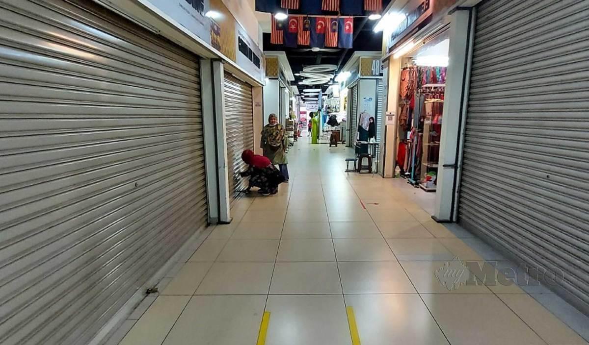 PREMIS perniagaan di Terminal Bas Larkin Sentral, Johor Bahru sepi. FOTO Zain Ahmed