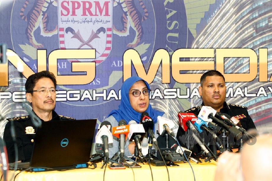 LATHEEFA ketika sidang media khas konspirasi jenayah peringkat tertinggi di Putrajaya. Turut kelihatan Timbalan Ketua Pesuruhjaya (Operasi) Suruhanjaya Pencegahan Rasuah Malaysia (SPRM), Datuk Seri Azam Baki (kiri) dan Pengarah Bahagian Dasar, Perancangan, Penggubahan Wang Haram (AMLA), Mohamad Zamri Zainul Abidin. FOTO Mohd Fadli Hamzah