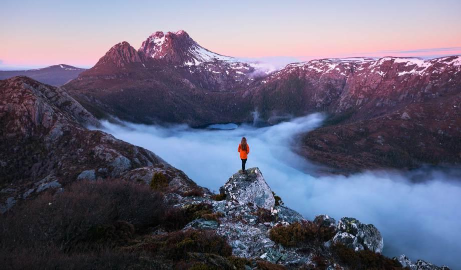 PEMANDANGAN alam yang menakjubkan dari Hansons Peak di Cradle Mountain, Tasmania. FOTO Tourism Australia