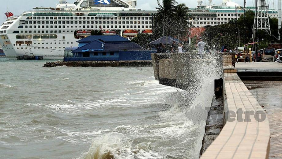 Amaran angin kencang dan laut bergelora dikeluarkan MetMalaysia mulai hari ini sehingga Selasa ini. FOTO Arkib NSTP