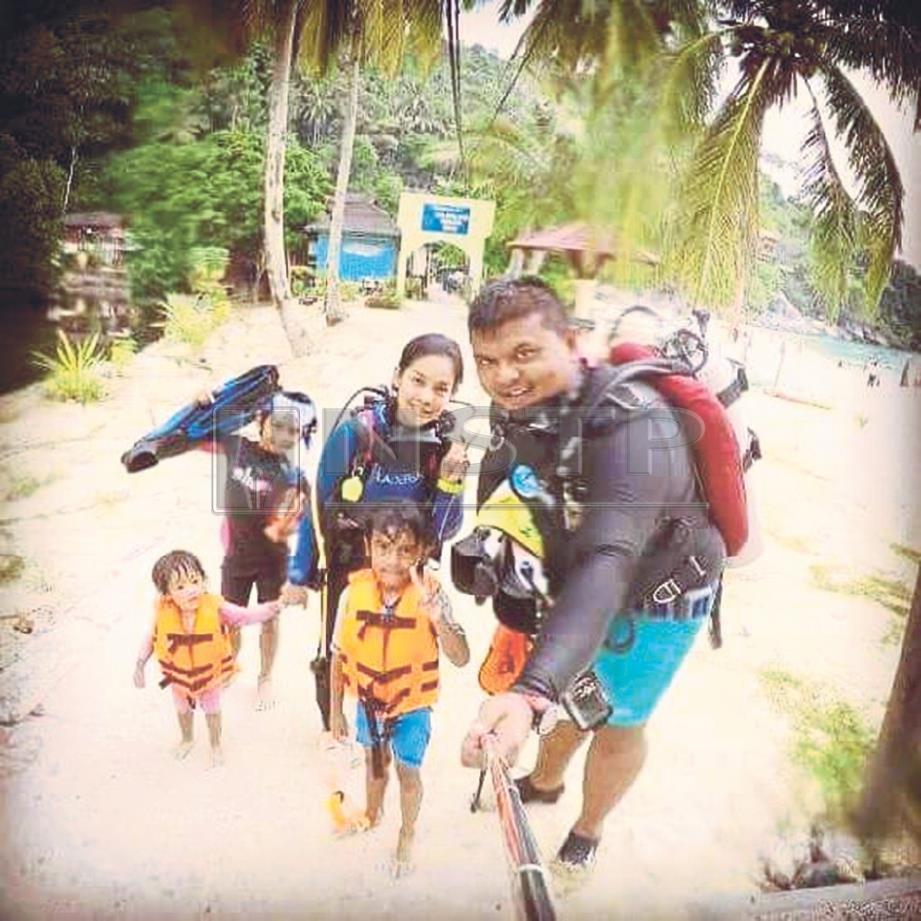 FIRDAUS bersama keluarganya yang mempunyai minat menerokai dunia marin melalui aktiviti menyelam skuba.