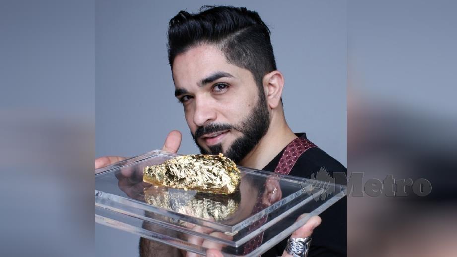 Abdulrahman menunjukkan baklava berharga RM4,200 sepotong. FOTO Syakirah Azhar.