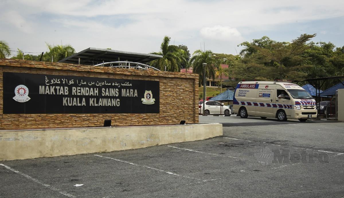 KENDERAAN Pejabat Kesihatan Jelebu keluar MRSM Kuala Klawang berikutan pelajar mengalami keracunan. FOTO AZRUL EDHAM MOHD AMINUDDIN
