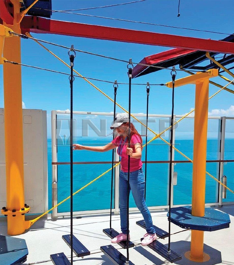 PENULIS mencuba permainan yang disediakan kepada penumpang kapal. FOTO NSTP