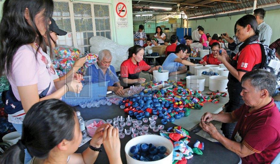 PESERTA program sukarela menyantuni pelatih di Eden Handicap Service Center Pulau Pinang. FOTO NSTP