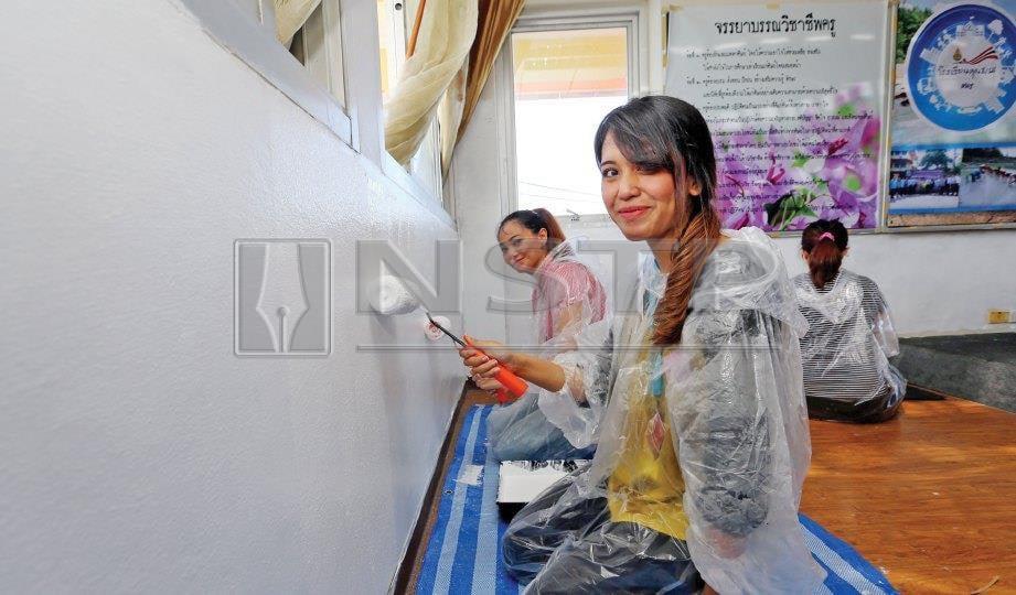 BERGANDING bahu mengecat di Sekolah Baan Kalim, Phuket, Thailand. FOTO NSTP