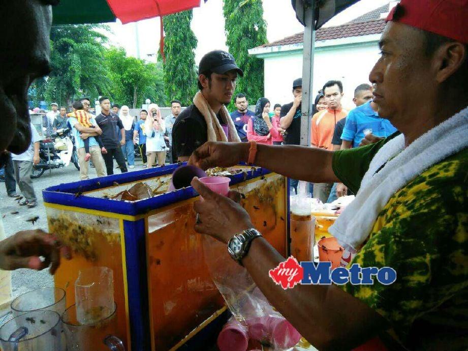 Teh Bunga Beratur yang menjadi tarikan pelanggan sehingga sanggup beratur panjang seawal 3 petang hingga 7 malam di bazar Ramadan Stadium Darul Aman. FOTO Zuliaty Zulkiffli